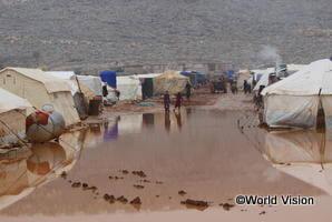 洪水により水につかった避難民キャンプ