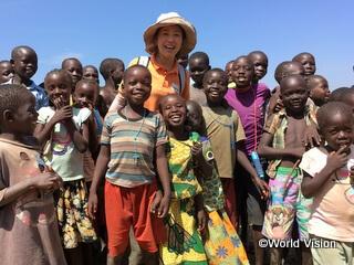 ウガンダの子どもたちと中村スタッフ