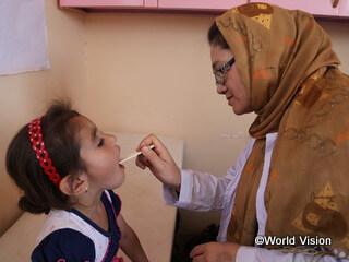 移動診療で診察を受ける子ども