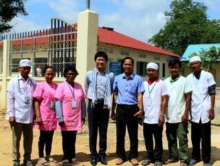 カンボジアの保健センター職員と新口スタッフ