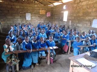 支援前の小学校で学ぶ子どもたち