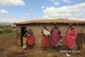 支援地域の住居の様子。牛糞や木の枝を使って建てられています(イララマタク地域)