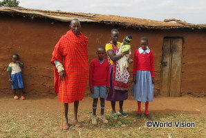 支援地域の住民の多くを占めるマサイ族の一家(イララマタク地域)