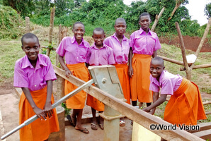 学校のトイレと手洗い場を利用する女子学生たち