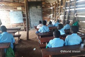 仮設教室で学ぶ子どもたち