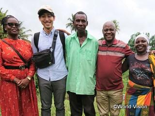 ウガンダの隣国タンザニアの地域住民と李スタッフ