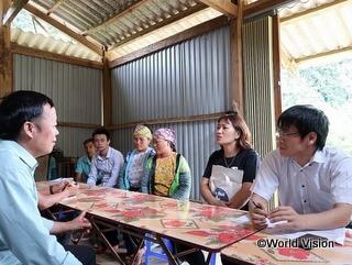 村での活動計画策定会議に参加する崎川スタッフ(右端)