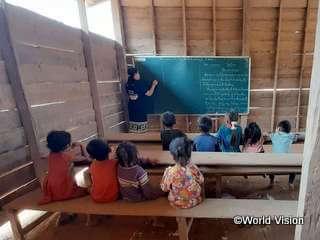 老朽化した、学習に適さない校舎で学ぶ子どもたち
