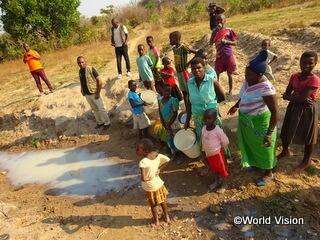 村から離れて暮らし、きれいな生活用水を得られない人々