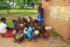 読書クラブで文字を学ぶ子どもたち
