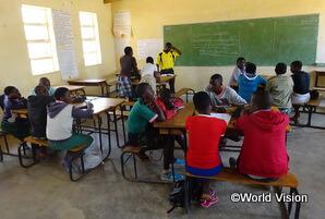 WVが支援した教室で学ぶ小学校高学年の学生たち