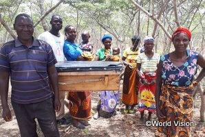 蜂蜜栽培を通じて生計を得ている支援地の人々