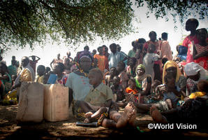 食糧配布を待つ人々