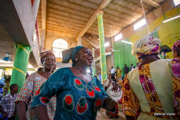 マリのクリスマスのお祝いは、ダンスと歌にあふれた色鮮やかな教会での礼拝からスタートします
