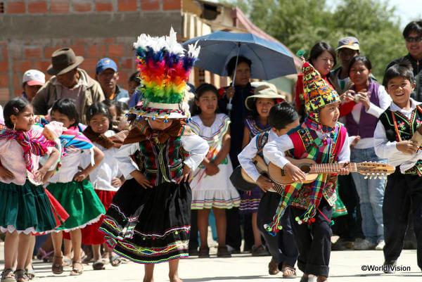 子どもたちは伝統的なダンスを踊って、ボリビアのクリスマス休暇の始まりをお祝いします