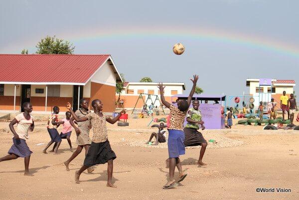 ウガンダにある南スーダン難民居住地の就学前教育センターで元気に遊ぶ子どもたち