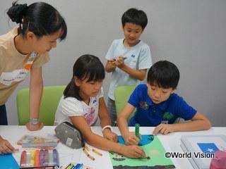グループで話し合い難民居住地の子どもたちへ作品を作りました