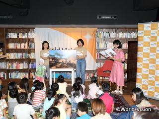 東尾理子さんによる紙芝居の読み聞かせ