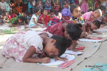 チャイルド・スポンサーにグリーティングカードを書くバングラデシュの子どもたち