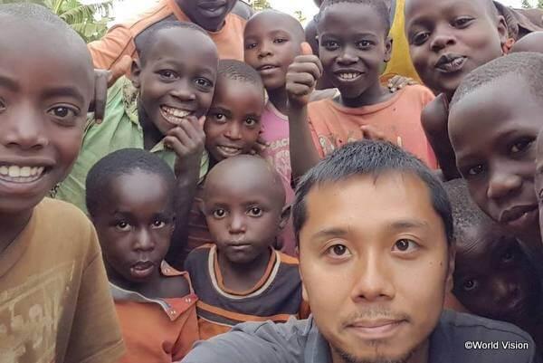 国際協力の現場で働くワールド・ビジョンのスタッフと支援地域の子どもたち