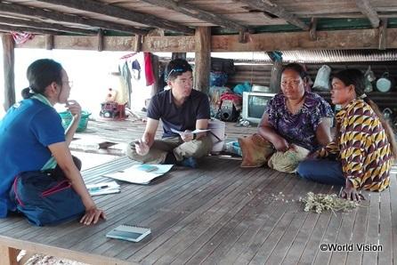 カンボジアのお母さんたちに地域内の保健の状況について意見を聞く筆者