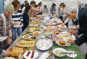 スタッフ手作りのお菓子や軽食で歓談
